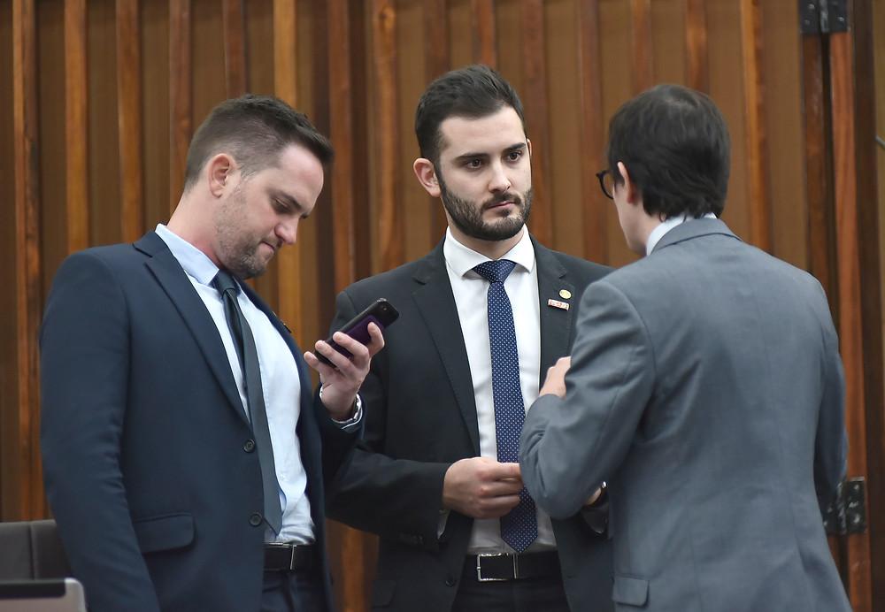 deputados fabio ostermann e giuseppe riesgo com coordenador da bancada do novo na assembleia legislativa