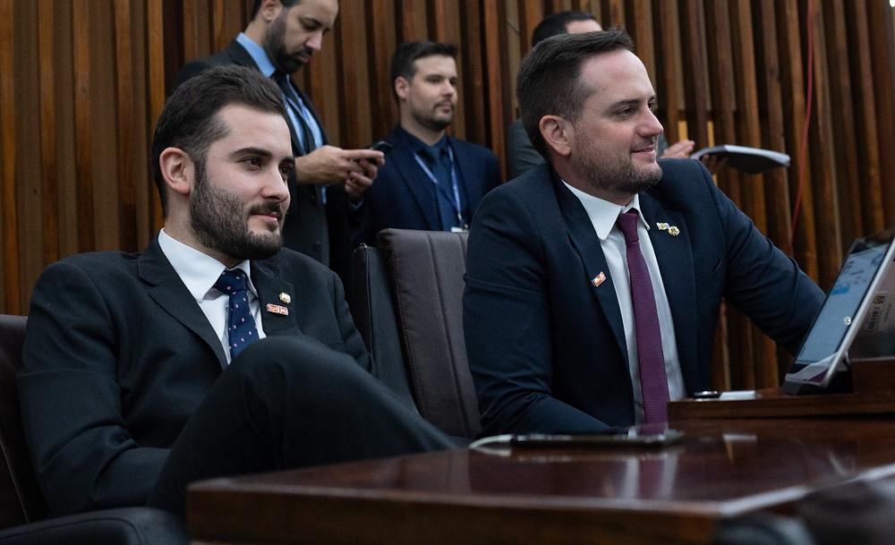 Deputados do Novo Giuseppe Riesgo e Fábio Ostermann durante sessão plenária na Assembleia Legislativa do Rio Grande do Sul