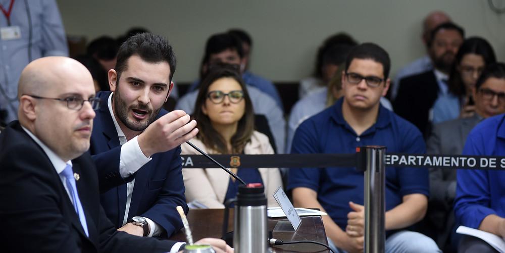 deputado giuseppe riesgo fala com tom de reprovação em comissão da assembleia legislativa ao lado de rodrigo lorenzoni e any ortiz