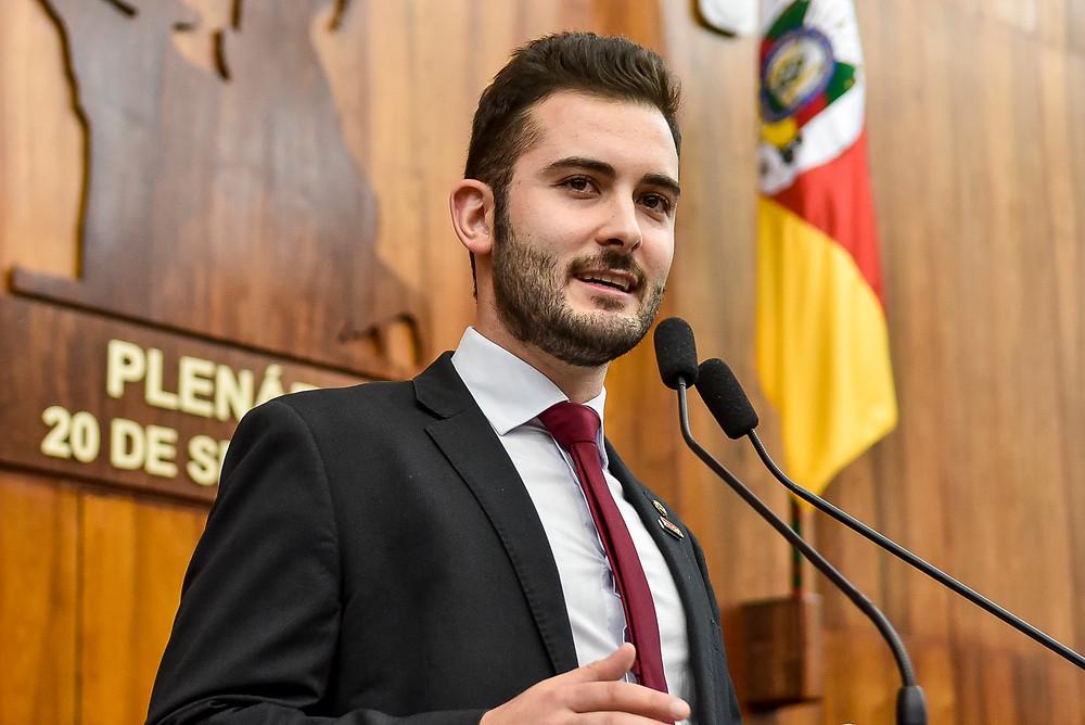 Político Giuseppe Riesgo discursando na tribuna
