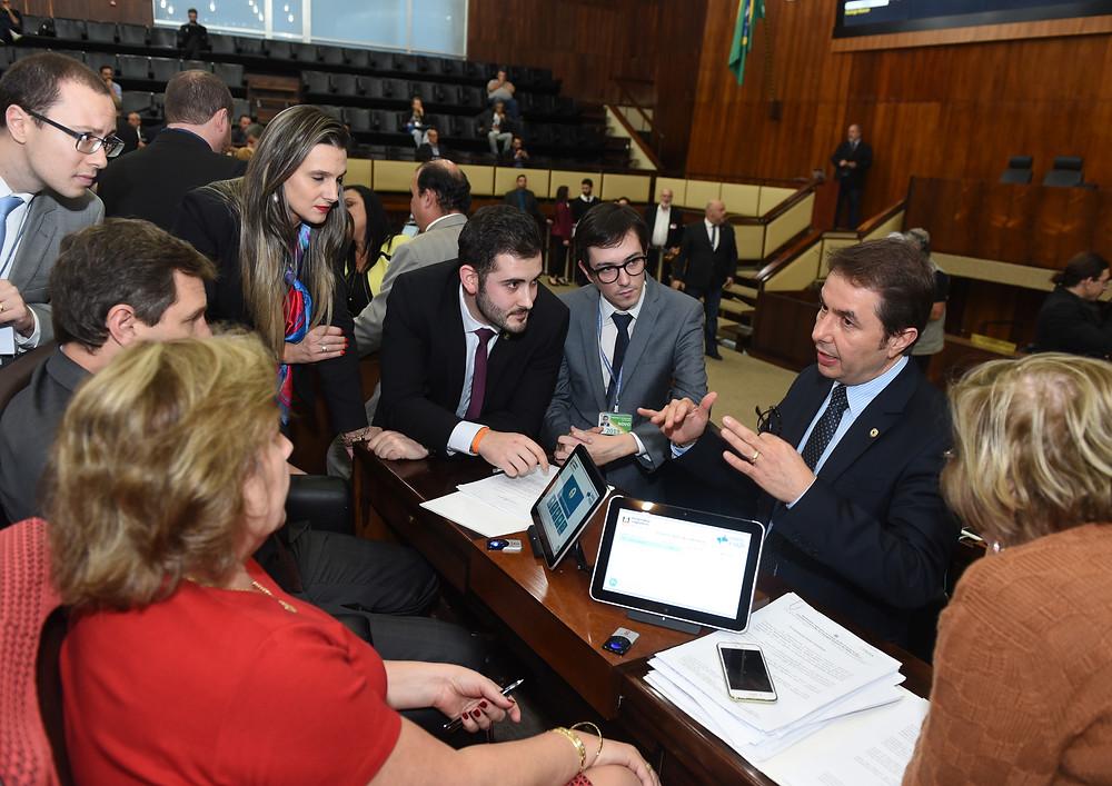 giuseppe riesgo, sérgio turra, covatti e assessores conversando sobre assinatura de projeto de lei no plenário