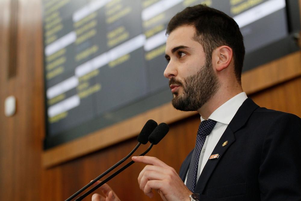 deputado giuseppe riesgo falando no microfone na tribuna do plenário
