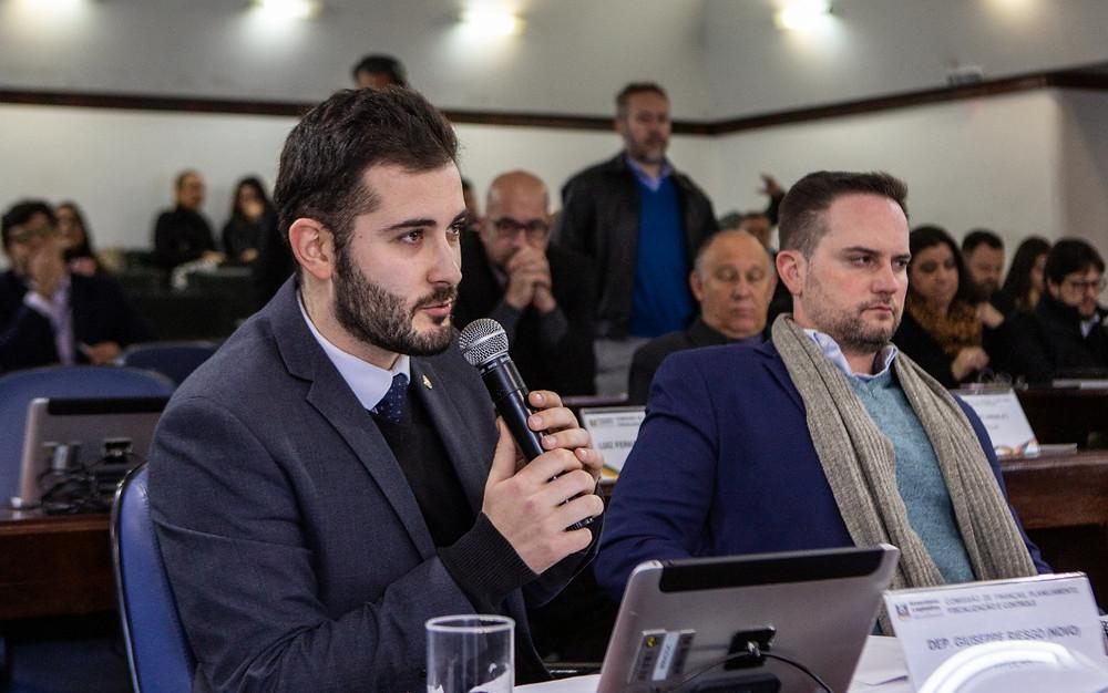 giuseppe riesgo falando durante comissão de finanças da assembleia ao lado de fabio ostermann