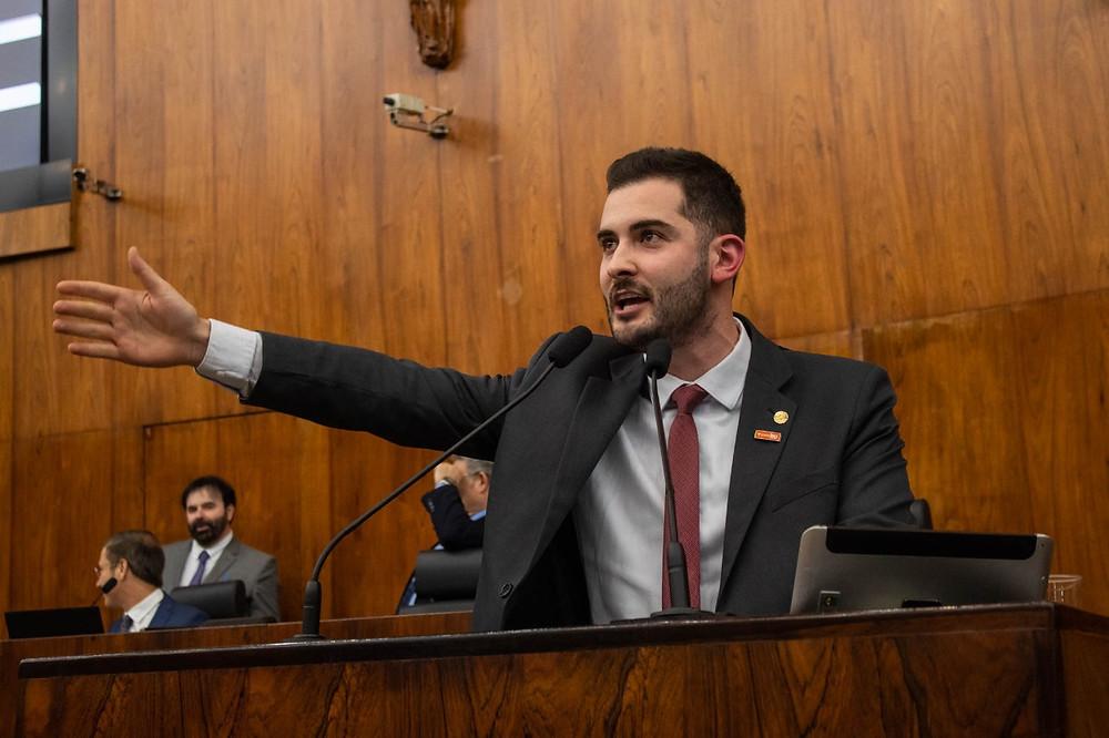 deputado giuseppe riesgo discursando na tribuna da assembleia legislativa do rio grande do sul