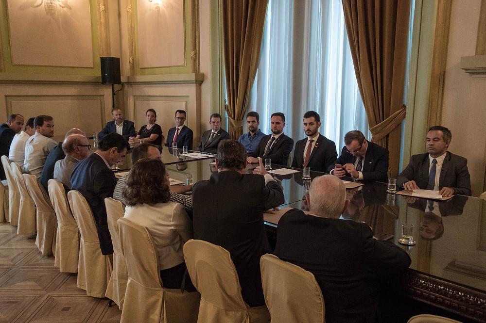 Deputados Giuseppe Riesgo e Fábio Ostermann à mesa em reunião entre empresários e Governador Eduardo Leite sobre Substituição Tributária do ICMS