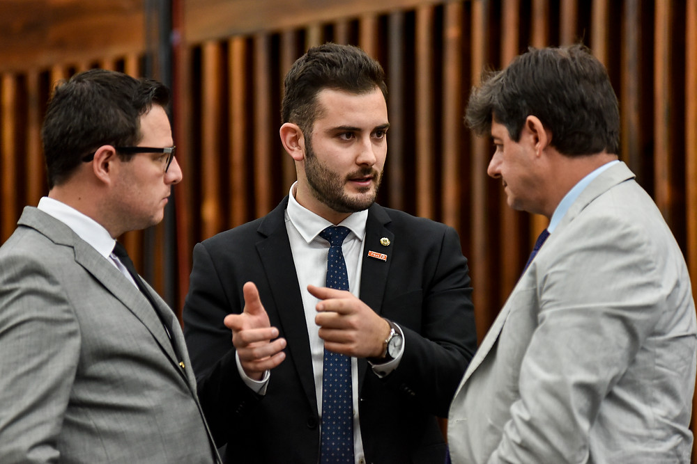 giuseppe riesgo conversa com mateus wesp e tiago simon no plenário da assembleia legislativa