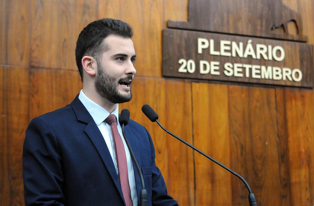 deputado giuseppe riesgo discursando na tribuna da assembleia legislativa