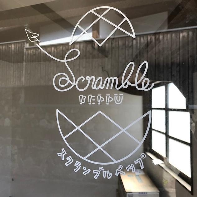 「スクランブルベップ」  地域を応援するチャレンジショップのブランドロゴ。「湯治宿ひろみや」のテナントのひとつで、トビラボに隣接。
