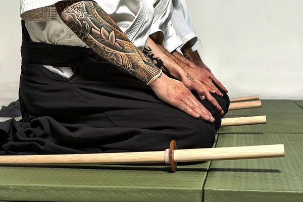 Yetişkin Aikido derslerinde kılıç eğitimi.