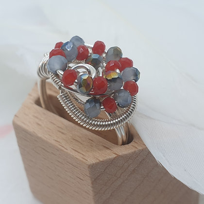 טבעת עם קריסטלים אדומים ואפורים VM322