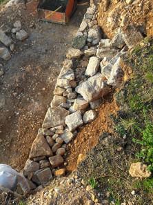 Réfection d'un mur en pierres sèches dans nos terrasses