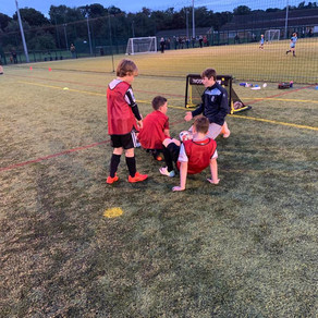U13s passing on a few tips to the U9s