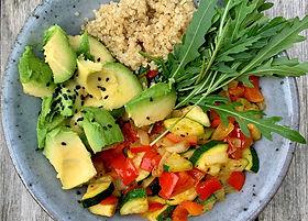 Quinoa_Bowl_mit_med._Gemüse,_Avocado_un