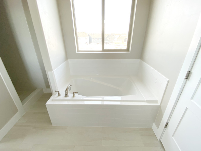 LAUCHLIN GARDEN TUB AND VIEW