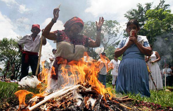 Cerimonia del Fuoco per il Solstizio d'Estate 2011 (fotografia tratta da National Geographic)