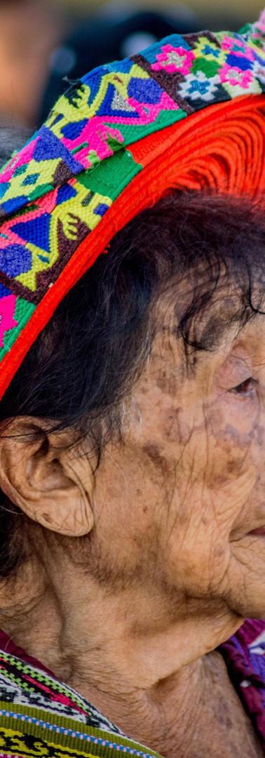 Abuela con tocoyal - copricapo tradizionale