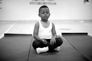 Escola substitui castigos por praticas de meditação