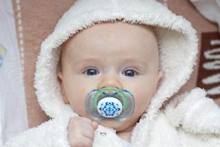 Deixar o bebê com chupeta a noite reduz o risco de morte súbita