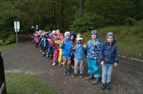 Ausflug der großen Kinder in den Wald
