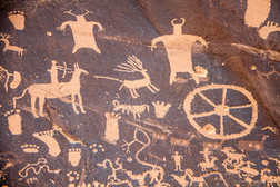 Les pétroglyphes ne sont pas des images dessinées ou peintes, mais des gravures incrustées dans le rock