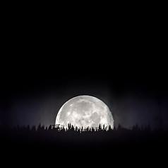 La lune se couche lentement derrière le sommet du Mont-Ste-Anne