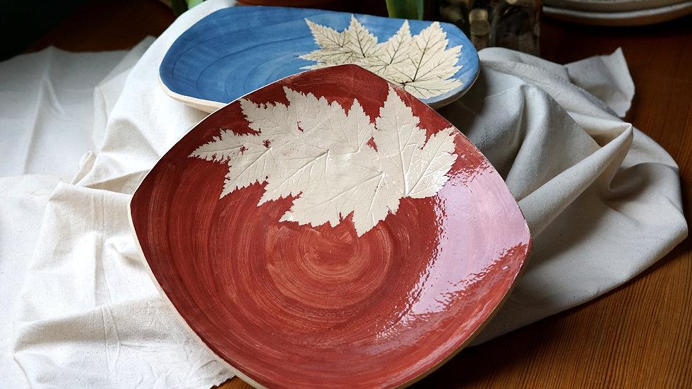 Czerwony talerz z liśćmi