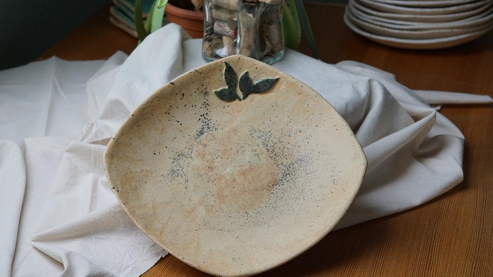 Nakrapiany talerz z listkiem