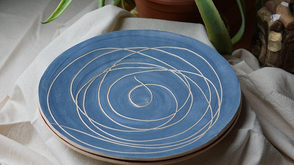 Niebieski talerz z zawijasem