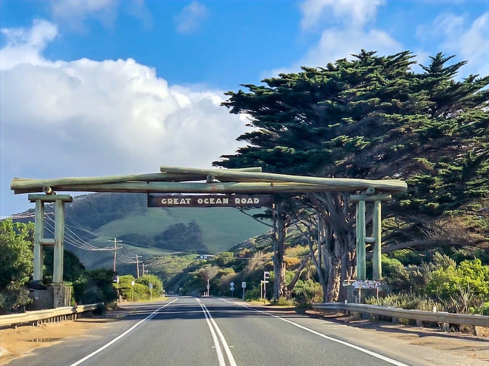 The Memorial Arch on the Great Ocean Road in Victorie, Australia, where to stop on the great ocean road, the most photographed image on the great ocean road
