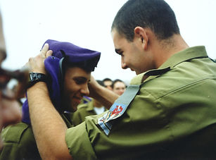 Kobi giving his beret to a lone soldier