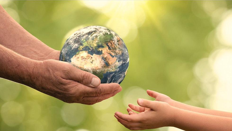 Erde in Händen HELLGRÜN.JPG