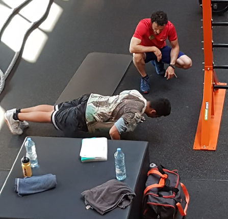Face to face personal training in Utrecht. Gym sport. Push up. Best Personal Trainer in Utrecht. Trainer Basic Fit.