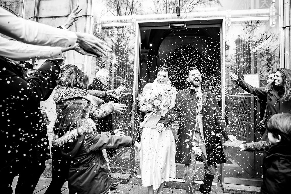 Photographe mariage Paris sortie mairie confettis