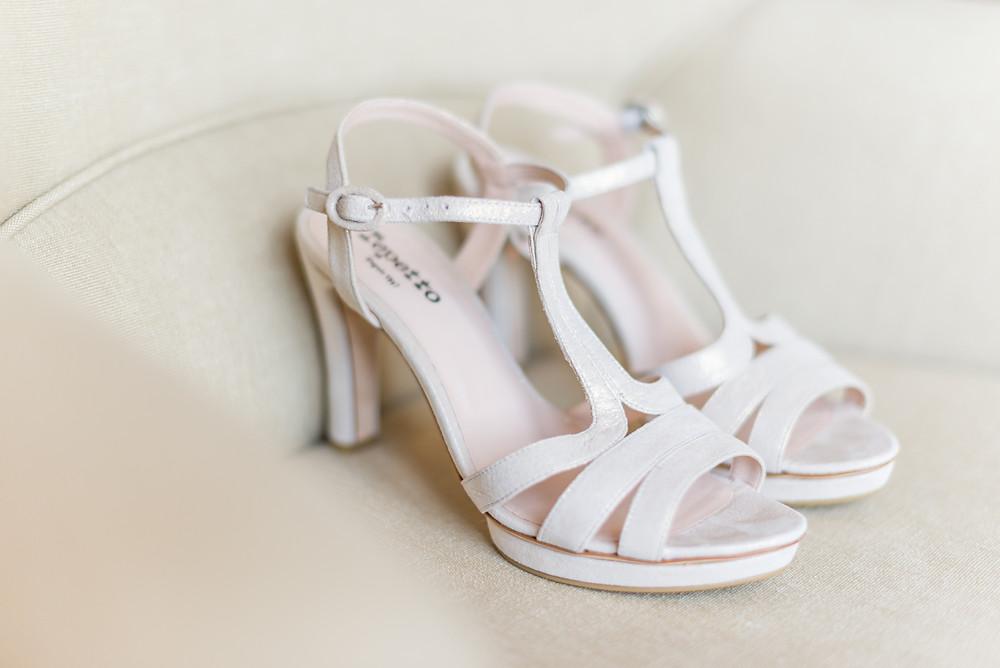Photographe mariage chaussures de mariée préparatifs Mas de Loisonville Grillon Provence Savoie Haute-Savoie