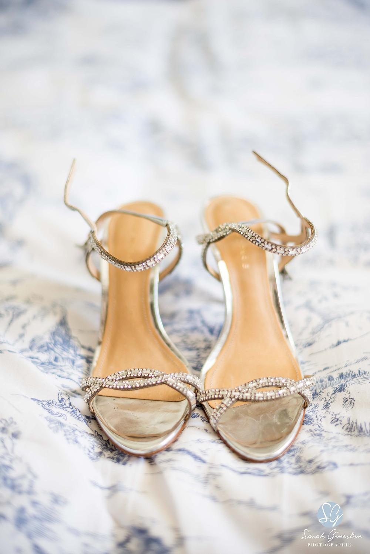 Photographe mariage Paris chaussures mariée préparatifs Manoir de Mon Père