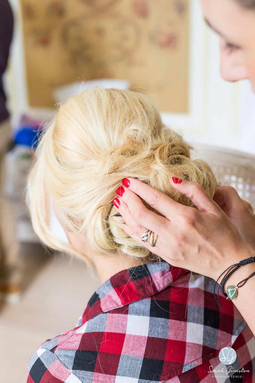 Photographe mariage Paris coiffure chignon mariée préparatifs Manoir de Mon Père