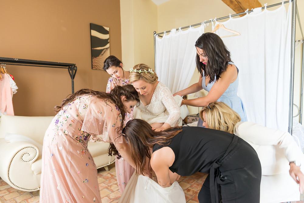 Photographe mariage robe de mariée préparatifs Mas de Loisonville Grillon Provence Savoie Haute-Savoie