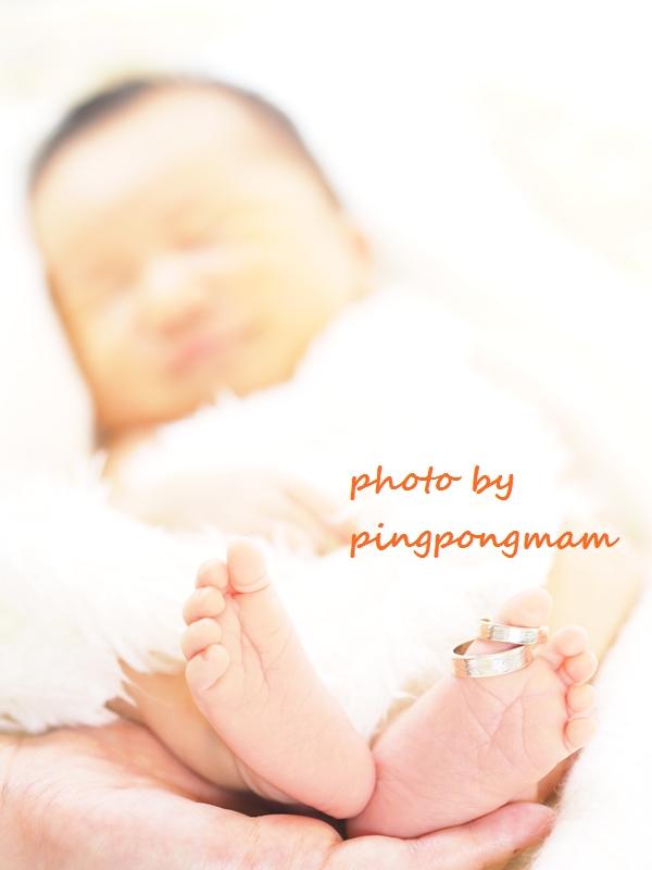 我が子の足とママ&パパの指輪を