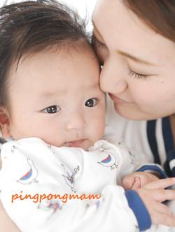 我が子を抱っこするママの表情を