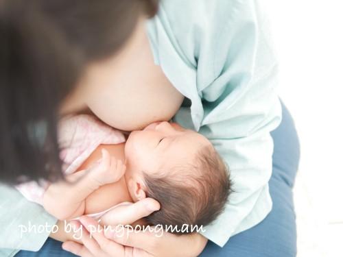 新生児の赤ちゃんの授乳姿を写真に残しました