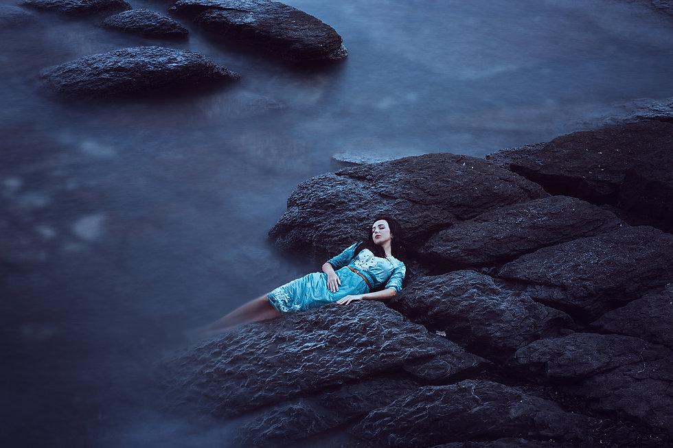 Señora en las rocas