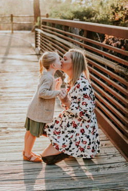 daughter kissing mom on a bridge fall photos family photography los angeles california