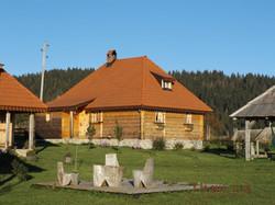 Brvnara Selo Rudno, Smestaj Golija