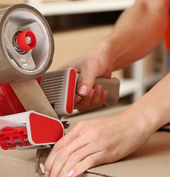 Persona Taping caja en el almacén