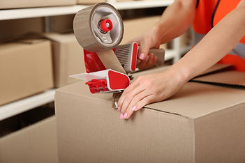 Person Taping Box bei Warehouse