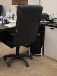Рабочий стол с тумбой в кабинете Университета
