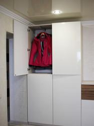 Распашной шкаф в прихожей