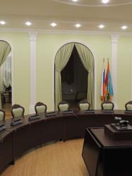 Стол для конференций и тумба в центре для аппаратуры