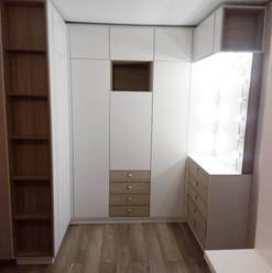 Большой шкаф п-образной формы с зеркалом