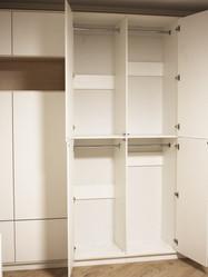 Распашной шкаф в гостиной